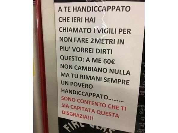 Milano, il cartello di un automobilista contro i portatori di handicap
